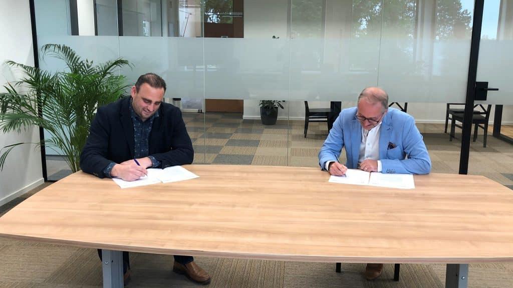 tekenen contract Vcare en Health Connected